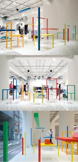 三宅一生东京精品屋-精品天花板的木头,从某个角度看上去像五固体椅子,画在地面上的椅子腿,让人产生错觉使来欺骗眼睛。