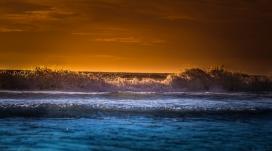 夕阳下的潮汐浪花