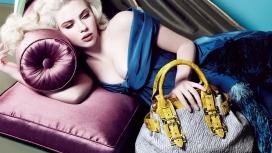 手提包躺在沙发上的Scarlett Johansson斯嘉丽・约翰逊宽屏电脑壁纸下载