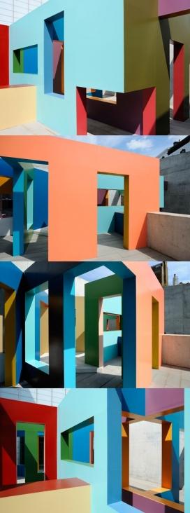 丰富多彩的错综复杂墙壁的现代画廊建筑-有一个阳台,为游客创造了浏览步道