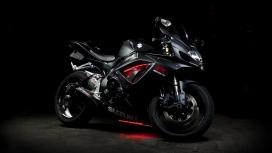 高清晰黑色铃木GSX R摩托车壁纸