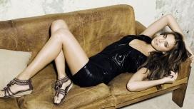 躺在沙发上的美诱美女伊丽娜壁纸图集下载