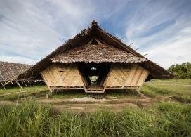 帐篷三角屋-柚木和竹子结构,在泰国村庄附近,