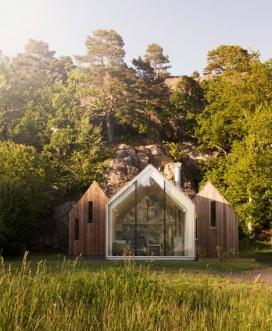 三个玻璃门山形墙的小木屋-位于挪威沿海地区的西福尔,是一个放假度假的好去处,里面住着一对夫妇与两个成年的儿子,有两个独立的卧室的小屋和一间公用客厅和用餐区