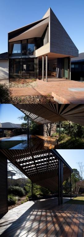 墨尔本巨无霸豪宅-有一个木制凉亭和陡峭倾斜的屋顶,弯曲的结构增加了一个两层高的延伸和木结构,有一个实心木材的楼梯,可以通到卧室