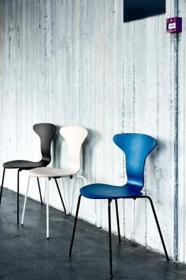 丹麦Howe家具品牌重新推出的现代主义-学校椅子-采用单件弯曲胶合板,白色金属框架组合,展现了20世纪50年代的经典