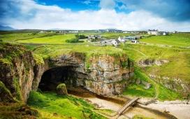 高清晰蓝天下的苏格兰小岩洞壁纸