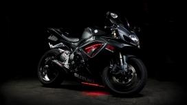 高清晰黑色铃木GSX-R摩托车壁纸