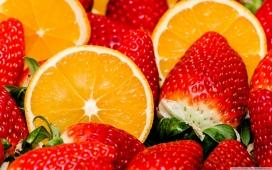 高清晰切片的脐橙与草莓