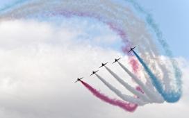 五彩烟雾航展的飞机