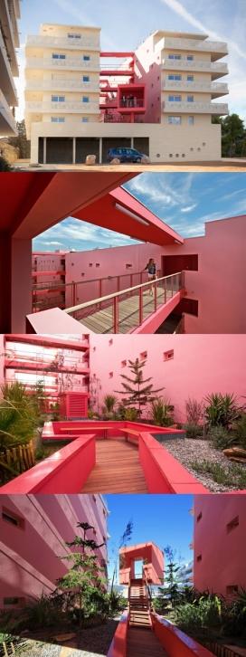 """樱桃色墙壁框架的屋顶花园-公寓大楼,位于法国南部的心脏区域的深粉红色的""""峡谷"""",创造一个受保护的天台花园"""