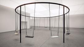 一个异想天开简约互动装置的秋千吊篮圈-融合当代艺术观念与游戏组成的圆形结构,在同一时间摆动,勾起你的童年回忆