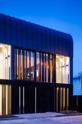 都柏林联排别墅在-醒目的外观,毗邻皇家运河,现代爱尔兰的设计和架构,有三个单元,每个单元154平方米(1657平方英尺),它们分布在三个楼层,干净现代饰面,光线充足。