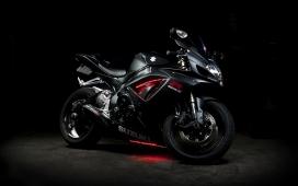 高清晰2015款铃木摩托车赛车壁纸下载