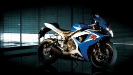 高清晰蓝白铃木摩托车桌面壁纸下载