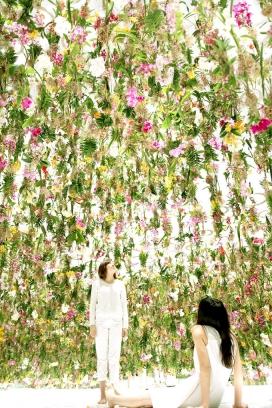 """互动浮动花卉园-创新在日本东京国立未来科学博物馆,两个主要的互动数字艺术展览追溯了 - """"数码艺术""""的巡回演出,设计师采用涉及2300多种生长植物悬挂在天花板上做装饰"""