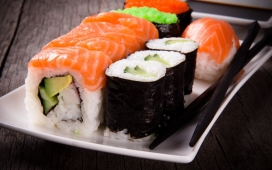 高清晰紫菜三文鱼生鱼片寿司卷美食壁纸