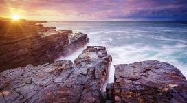 日落下的美丽爱尔兰岩石岛地方