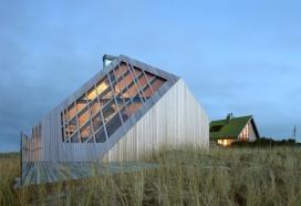 一半浸入草地沙丘的海滨别墅-位于荷兰的岛屿沙丘,可以俯瞰北海,混凝土卧室位于住所的地下室,而居住空间是通过木材和玻璃组成,非常不同的奇特建筑学对象