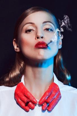 纳塔利娅的时尚吸烟人像