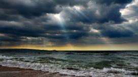 太阳光芒下的海洋暴风云雨