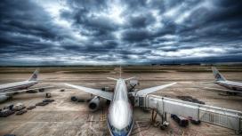 乌云下壮观忙碌的航空飞机机场