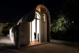 圣海伦烈士教堂-舒适亲切的温馨外观空间-位于希腊的小山村,临时搭建的穹顶结构,华丽的悬挂照明灯具,我们想起了几个钟乳石洞穴