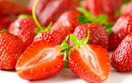 高清晰新鲜切开的草莓水果壁纸