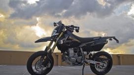 铃木DRZ400SM越野山地摩托车壁纸