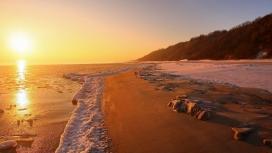 高清晰日落下的沙滩山海洋泡沫