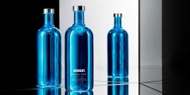Absolut Electrik-伏特加包装设计-单一颜色的蓝色和银色瓶,闪烁如圣诞树灯,半透明的金属,镜面涂层让整个包装散发魔力
