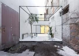 希腊optometrist透明眼镜商店看起来像一个画廊,房屋整体采用白色混合漆,表达保鲜功能主题。里面的座椅设计看起来像是雕塑,惟妙惟肖