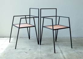 薄钢板形状制成的V形固体金属支架家具-阿根廷Ries建筑工作室作品,包括一把椅子,办公桌,桌子和支架
