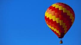 五彩色块的氢气球壁纸