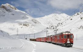 行驶在雪山上的火车