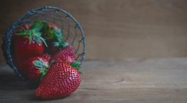 高清晰红色篮子里的草莓
