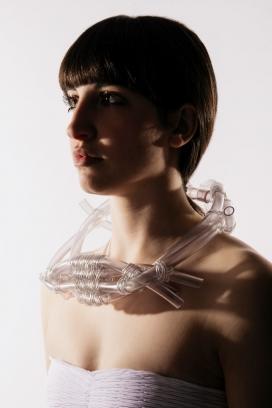 The Dive-透明管与美女结合的人像