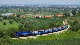 行驶在绿色田园中的火车