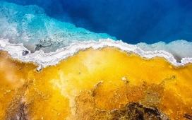 蓝黄海浪岩石