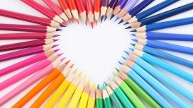 五彩铅笔拼成的爱心图案