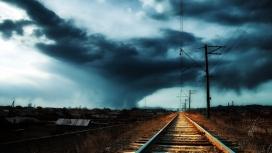 乌云下的铁路
