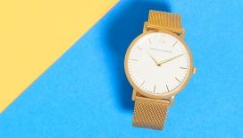 Dezeen Watch商店为母亲节设计的三种不同类型女性手表,包括米兰网带,丰富的色彩镀金,干净的白色表盘,和24边表壳与柔软的灰色皮革表带形成鲜明对比,时尚大方
