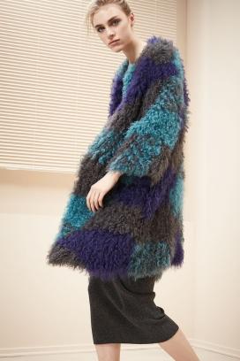 阿玛尼套袖连衣2017秋季集合-时髦的套装,裘皮大衣,紧身连衣裙和印花上衣,在内曼・马库斯奢侈品专卖店展出