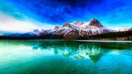高清晰蓝色雪山湖倒影壁纸
