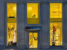 纽约麦迪逊大道上的黄颜色脚手架卡尔文商店