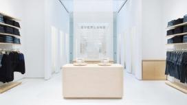 在线时尚品牌Everlane纽约第一家实体店铺-采用柔和色彩打造类似陈列室的格局