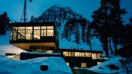 https://www.2008php.com/加州滑雪木屋-戏剧性的悬臂建筑,滑雪室被三面环绕,由地板到天花板,滑动的玻璃墙,完全可以通往滑雪平台