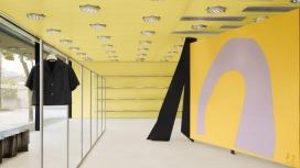 非常黄颜色内饰的西好莱坞商店-店内有一位艺术家丹尼尔・西尔弗的雕塑,该雕塑兼作试衣间
