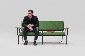 SOAP收藏的绿色扶手椅和沙发套装-每个枕头元素都有平滑的未来派形状,类似于一块肥皂,在M部件的凹槽落到铁架底座上的地方会产生特殊的美学效果