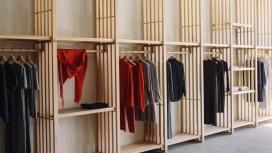日本在新西兰设计的生态时尚服装商店-这些服装店由一系列板条木板定义